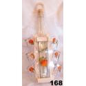 Fľaša s pohármi v drevenom stojane ovocie
