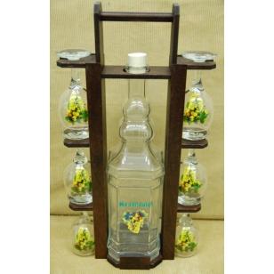 Fľaša 2L v drevenom stojane s pohármi hrozno biele