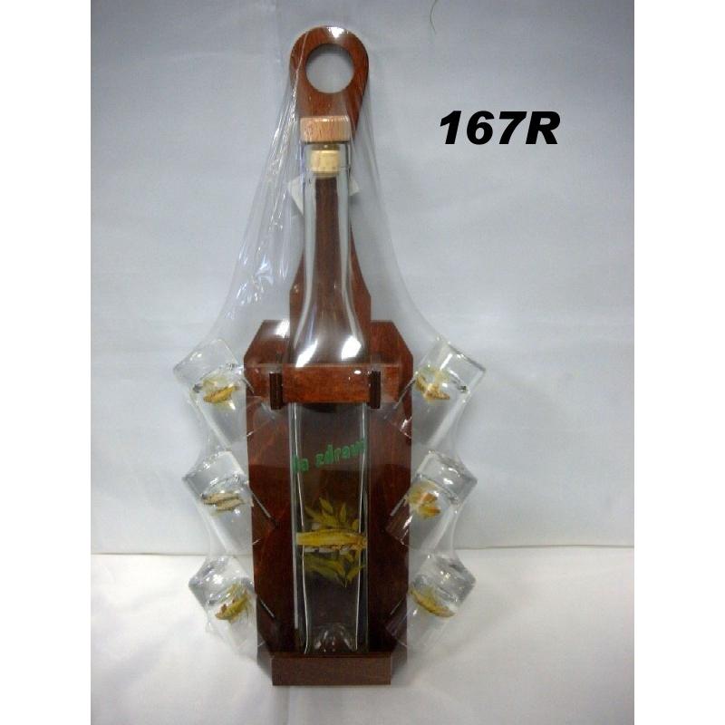 Fľaša s pohármi v drevenom stojane ryby